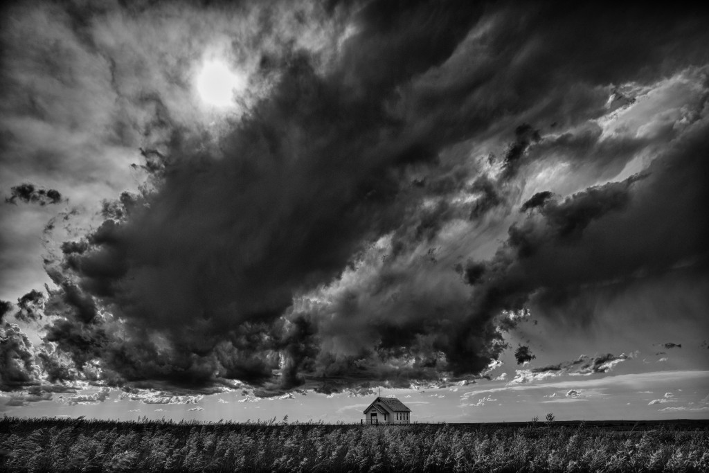 Presbyterian Church in the vastness of the prairie, thunderstorm, the church belongs to a settlement from the 19th Century, 1880 Town, near the town of Murdo, South Dakota, USA / Presbyterianische Kirche in der Weite der Prairie, aufziehendes Gewitter, Kirche gehoert zu einer Siedlung aus dem 19. Jahrhundert, 1880 Town, in der Naehe von Murdo, South Dakota, USA
