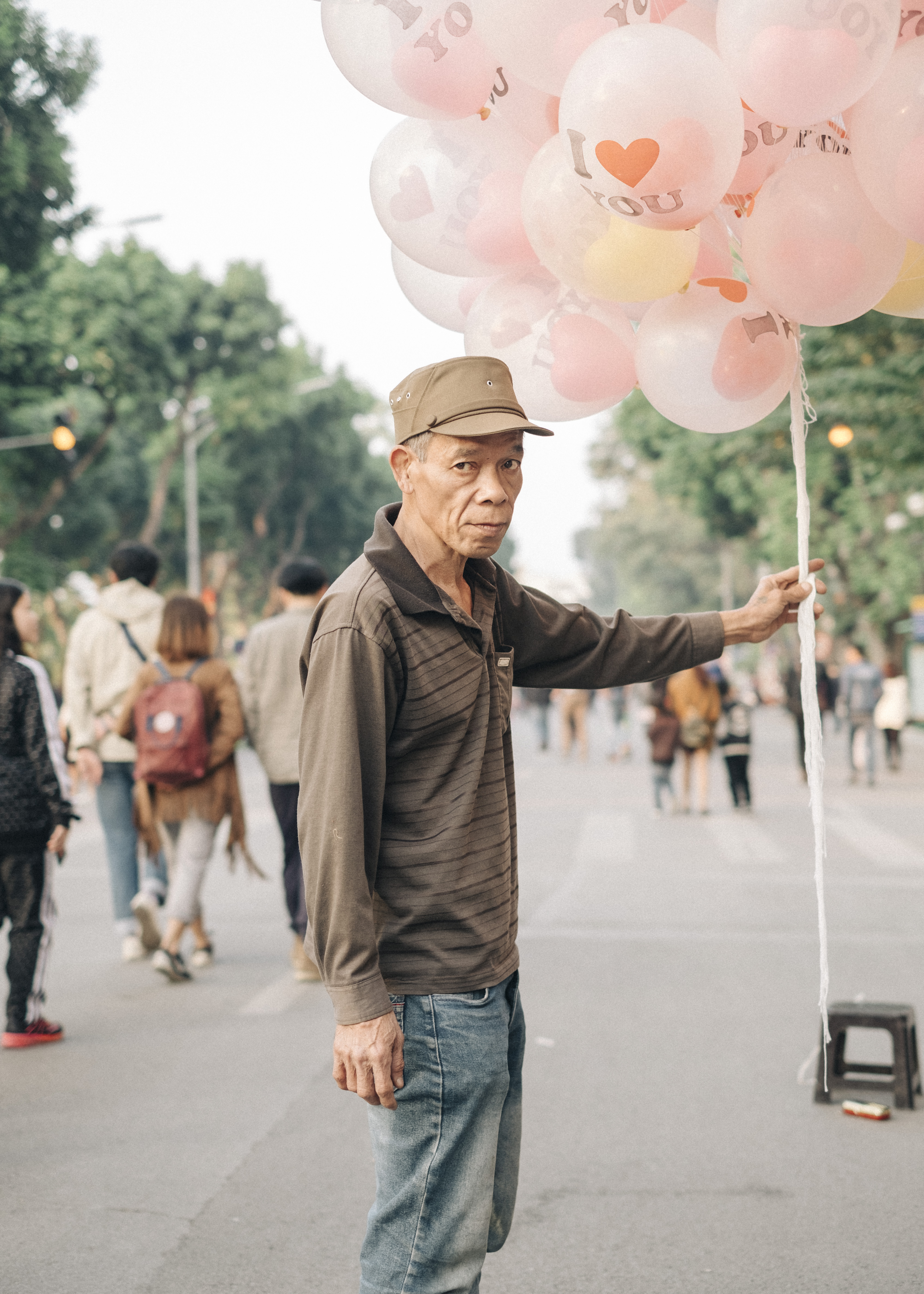 Vietnam, Hanoi, A man selling love ballons near Hoam Kiem Lake, The picture is part of the project Single Women in Vietnam, 22.01.2017, (c) Alina Emrich